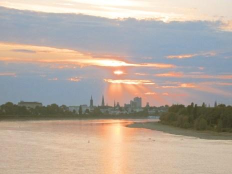 Sonnenuntergang hinter der Skyline von Bonn