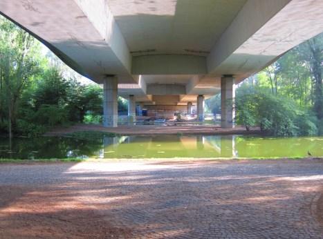 Ein spaciges Plätzchen unter der Autobahnbrücke