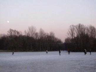 Im Winter kann man in den Rheinauen Schlittschuhlaufen