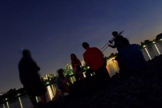 Abends kann man am Rheinufer Lagerfeuer machen und musikzieren.
