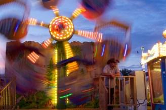 Lonesome-Cowboy-Style vorm Kinderkarussell auf Pützchens Markt