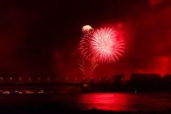 Buntes Feuerwerk bei Rhein in Flammen