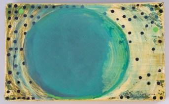 Fundstück mit geöffnetem Grün und kleinen schwarzen Punkten