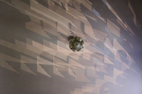 Nächtliche Muster der Straßenlaternen an der Zimmerdecke