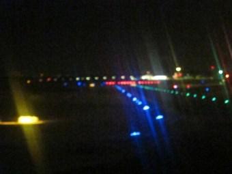 Zerkratztes Flugzeugfenster auf der Startbahn