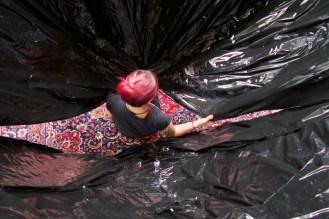 Kollegin im Atelier beim Bau eines großen Balloons