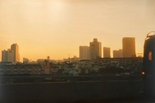 Bangkok - Fahrt nach der Landung im Abendlicht auf dem Highway von Flughafen in die Stadt