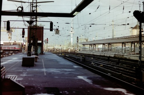 Bremen - Einfahrender Zug und Fernmeldeturm im Hintergrund