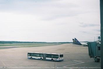 CGN - Warten am Gate auf den Flug nach Berlin, mit meiner Zorki4K auf Kodak Ektar 100 Film