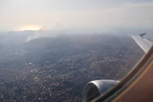 EW 863 - Waldbrand beim Blick aus dem Flugzeugfenster nach dem Start in Neapel