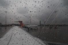 4U 0815 - Regen perlt am Flugzeugfenster beim Rollen auf die Startbahn in Venedig