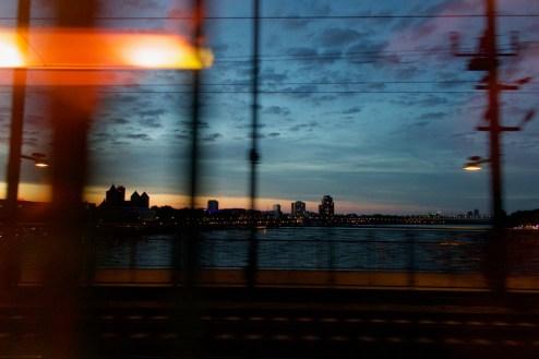 Köln - Fahrt über die Hohenzollernbrücke am Abend