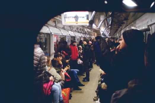 Kiew- Menschen unterwegs mit der Metro im Februar
