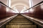 Kiew- Rolltreppe der Metrostation Schuljawska aus der Froschperspektive