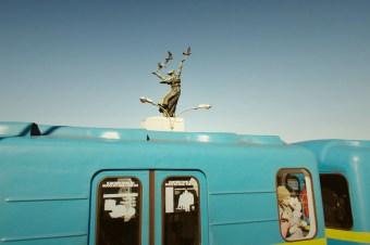 Kiew - eine volle Metro fährt aus der Station Dnipro