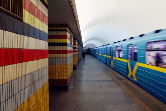Kiew - abfahrender Zug in der Metro Station Schuljawska