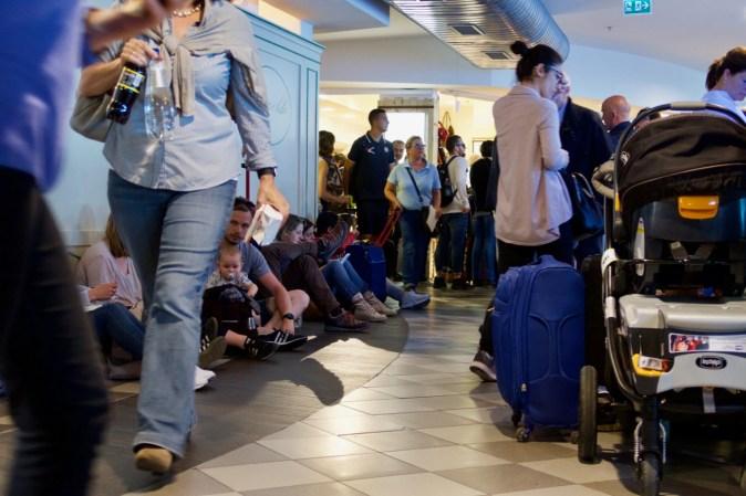 """PSA - wartende Reisende am """"Galilei International Airport"""" in Pisa"""