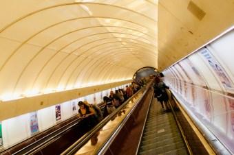 Die Rolltreppen der Metro in Prag führen einen teilweise sehr tief in den Untergrund