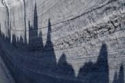 Schatten der Schneehaufen am Strassenrand