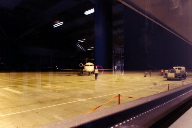 SBZ - Der Einweiser/Marshaller malt unserem Flugzeug in Sibiu mit seinen Lichtern ein rosa Herz