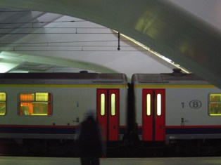 Ein Mensch wartet auf seinen Zug in Belgien