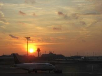 Sonnenuntergang am Flughafen von Hamburg