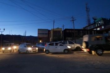 Abendlicher Verkehr in Leh, Ladakh