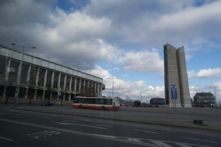 Das Strahov-Stadion aus dem Busfenster in Prag