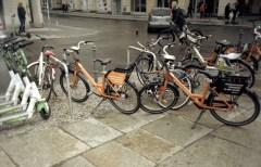 Berlin: Don't be gentle, it's a rental! Leihfahrräder parken überall wild herum, sind aber eine praktische und sehr entspannte Art sich durch die Stadt zu bewegen.