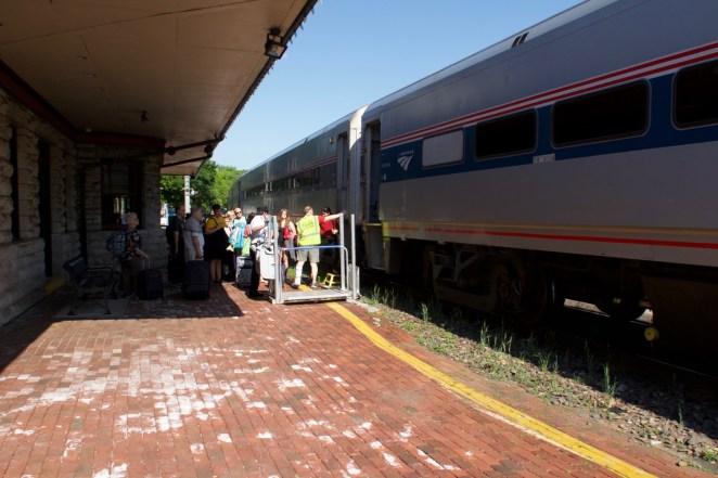 Kirkwood Bahnhof - Einsteigende Fahrgäste Richtung Kansas City mit dem Amtrak 'MISSOURI RIVER RUNNER'