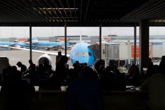 AMS - Warten auf das Einsteigen für den Flug nach Mumbai, in Amsterdam