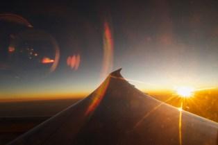 KL 877 - Sonnenuntergang und Reflexionen über der Wüste in Saudi Arabien. Unterwegs von Amsteradam nach Bombai