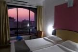 Margao - Mein Zimmer für eine Nacht oben in einem Stadthotel am Verkehrsknotenpunkt von Goa. Mit schönem Blick in den Abendhimmel