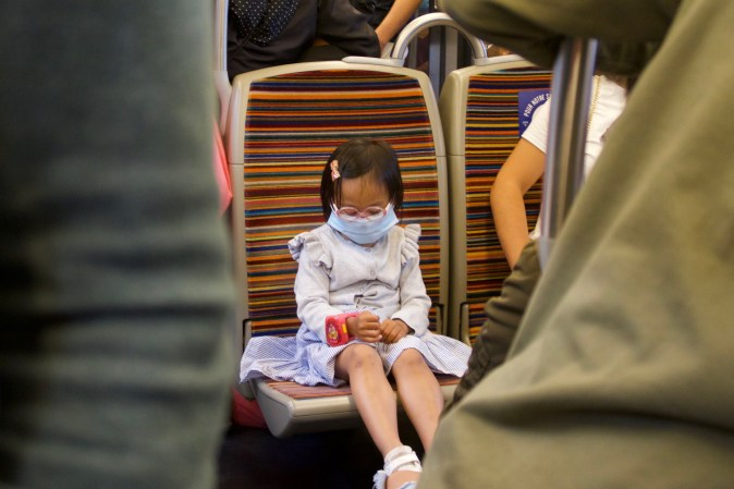 Paris - Kind unterwegs in der Metro in Zeiten von Corona