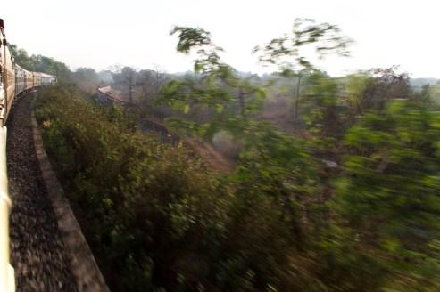 Howrah Express - unterwegs von Madgaon nach Hosapete. Blick aus dem Fenster im Zug in Indien