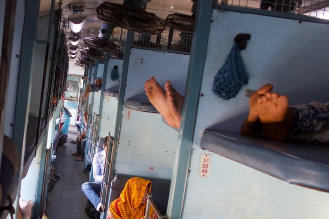 Howrah Express - Füße in der Sleeper Class, unterwegs von Madgaon nach Hosapete Junction, Indien
