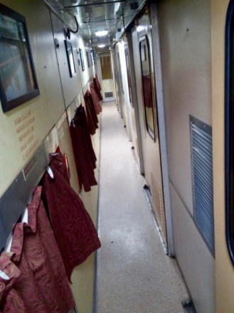 Hampi Express - leerer Gang nachts im Schlafwagen unterwegs nach Bangalore, Indien