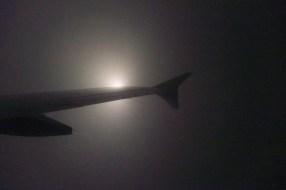 EW 815 - Sinkflug an einem dunklen Novemberabend durch dicke Wolkendecken