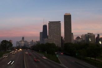 Die Skyline von Chicago über die Autobahn gesehen