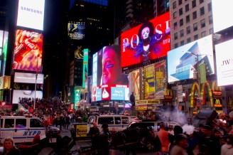 Verkehrsgewusel, Rauchwölkchen und Menschen auf dem Times Square