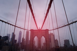 Die Brooklyn Bridge. Leider war das Licht nicht so gut, aber mit einem leuchtenden Rot kann man das etwas übertünchen