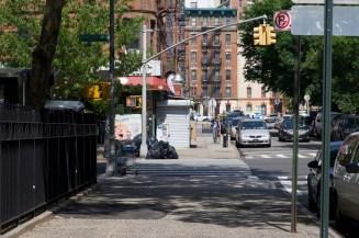 Häuser, Schatten und ein Radfahrer im nördlichen Harlem