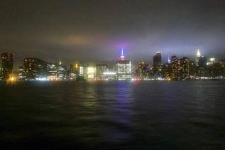 Durch die nassen Scheiben der Fähre leuchtet die Stadt in ganz neuem Licht