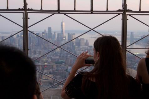 Eine Besucherin fotografiert New York von oben