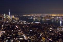 Abendlichter über Manhattan vom Empire State Building aus gesehen.