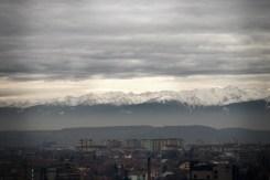 Weite Aussicht über die Stadt auf die Karpaten