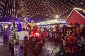 Eine kleine Eisenbahn auf dem Weihnachtsmarkt