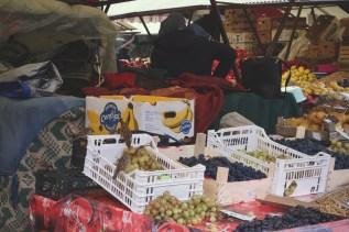 Freche Spatzen klauen Weintrauben auf dem Zibin Markt