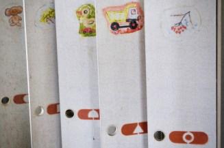 Bunte Bilder auf den Schranktüren in einem Kindergarten