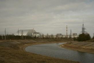 Blick auf den Reaktorblock 4 mit der neuen Schutzhülle